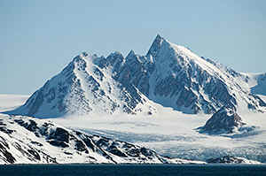 Spitsbergen - here in the Smerenburgfjord you can see, why this archipelo is called 'Spitsbergen'.
